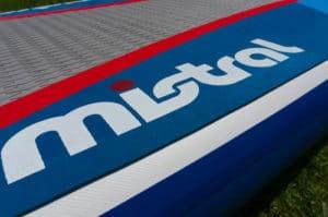 Saubere Verarbeitung des Decks eines aufblasbaren SUP Boards